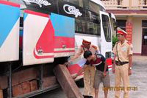 CSGT bắt ô tô khách chở gỗ lậu