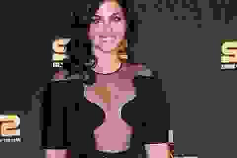 Katie Melua bất ngờ gợi cảm với váy xuyên thấu