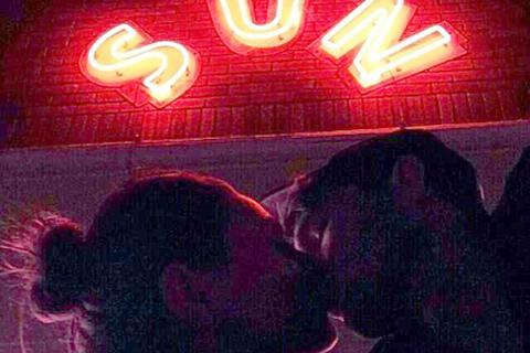 Ashton Kutcher và bạn gái hôn nhau say đắm