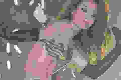 """Diva Hồng Kông bị phản ứng vì mặc """"thiếu vải"""""""
