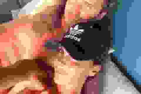 """Victoria Beckham tựa đầu lên ngực trần của """"ông xã"""""""