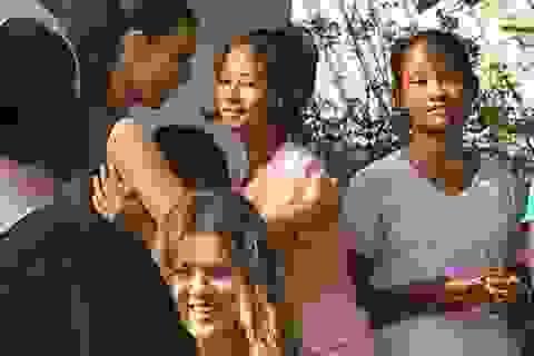 Đại gia đình Kardashian tới thăm trại trẻ mồ côi tại Thái Lan