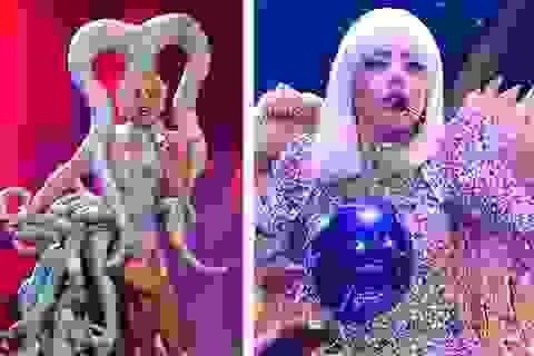 """Lady Gaga mặc cực """"quái"""" lên sân khấu"""