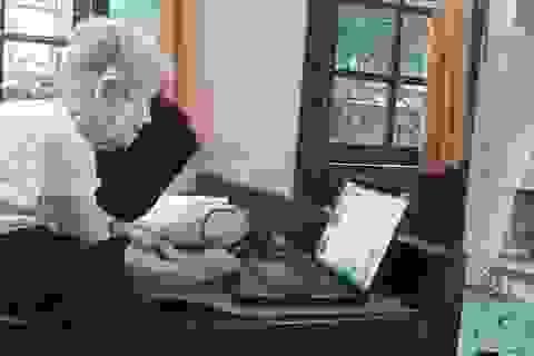 """Hà Nội: Bà lão 94 tuổi vẫn vẽ tranh, viết truyện và """"lướt"""" facebook"""