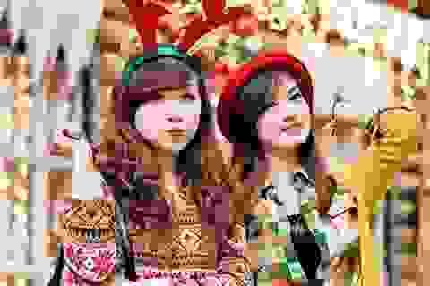 Thiếu nữ Hà thành xúng xính váy áo chơi Noel sớm