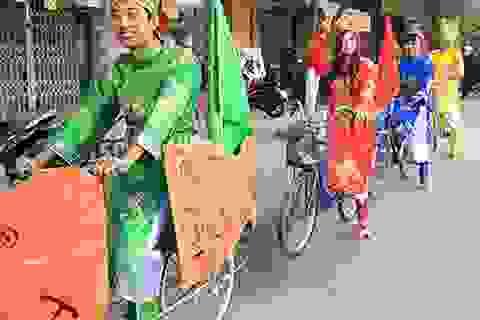 """""""Táo quân"""" đạp xe tuyên truyền """"Thả cá không thả túi ni lông"""""""