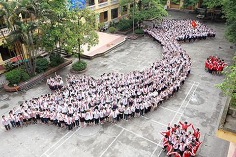 1.700 học sinh tiểu học xếp hình Tổ quốc, phản đối Trung Quốc gây hấn