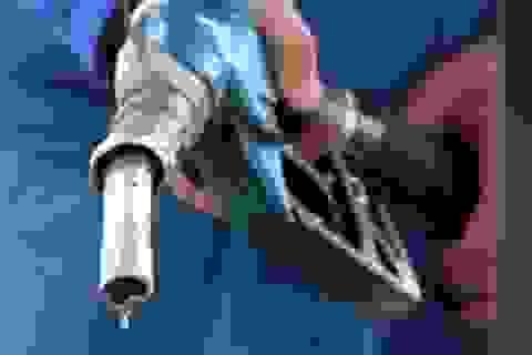 Giữ nguyên giá xăng, giảm giá dầu