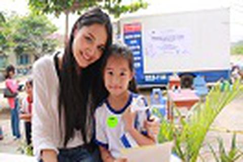 Hoa hậu Hương Giang đồng hành bảo vệ nụ cười trẻ em Việt Nam