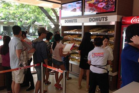 Xếp hàng thưởng thức cà phê và bánh của Dunkin' Donuts