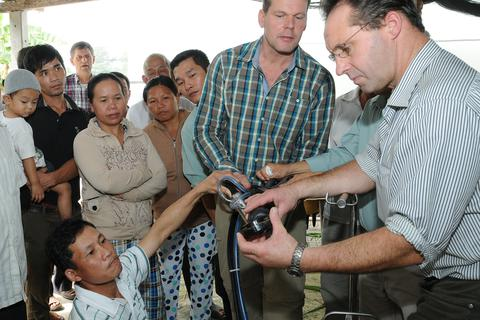Nông dân Việt Nam tiếp cận kỹ thuật chăn nuôi bò sữa Hà Lan