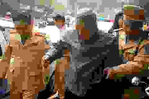 Hà Nội: Cảnh sát giao thông tìm nhà giúp cụ ông đi lạc