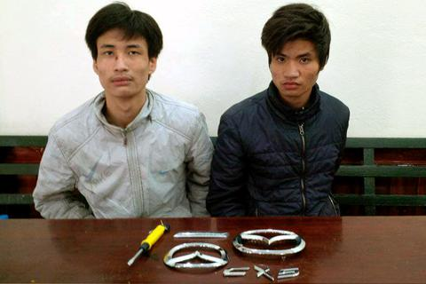 "Hà Nội: Hai anh em họ rủ nhau đi trộm logo ""xế"" xịn"