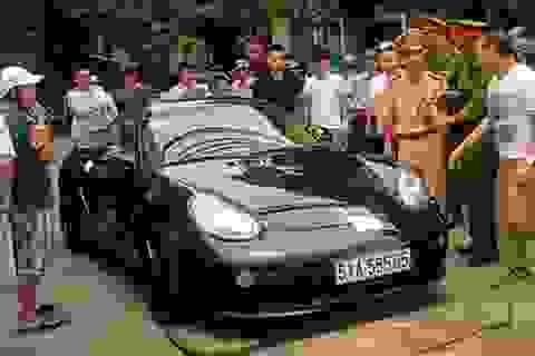 Lái xe cố thủ trên xe Porsche không xuất trình được giấy đăng ký
