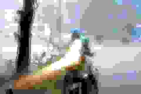 Clip nam thanh niên thoát nạn trong cơn giông khủng khiếp ở Hà Nội