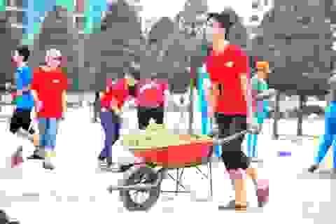 Hàng ngàn bạn trẻ Đà Nẵng ra quân làm sạch bãi biển sau bão