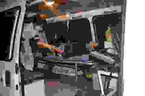 Hàng chục người cùng nâng xe tải cứu người bị nạn