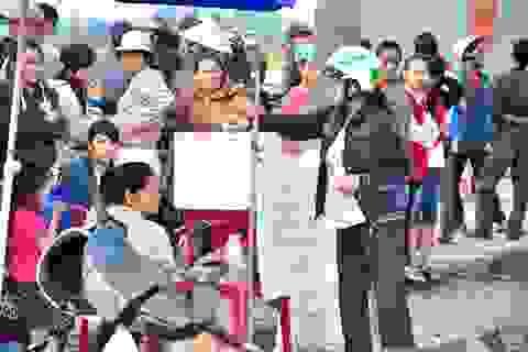 Hàng ngàn người hỗ trợ gia đình ngư dân bị rớt xuống biển