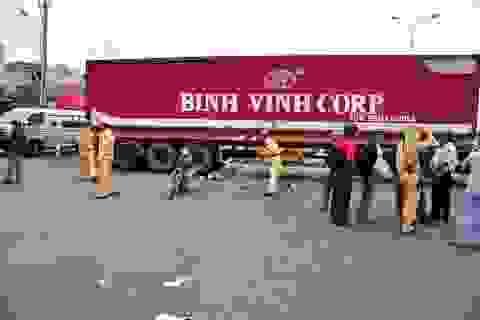 Xe máy chui gầm container, một người tử nạn