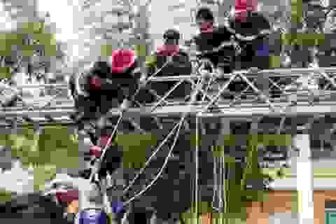 14 cảnh sát giải cứu bệnh nhân tâm thần leo trụ điện