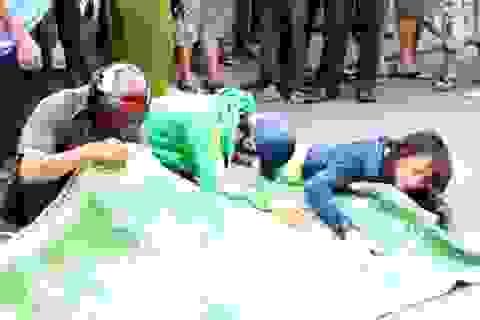 Vợ ôm thi thể chồng khóc ngất sau tai nạn