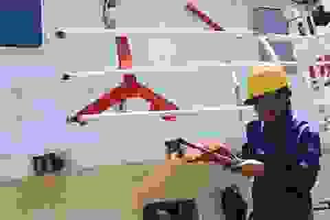 Đội nắng sửa chữa 2 tàu kiểm ngư bị tàu Trung Quốc đâm hỏng