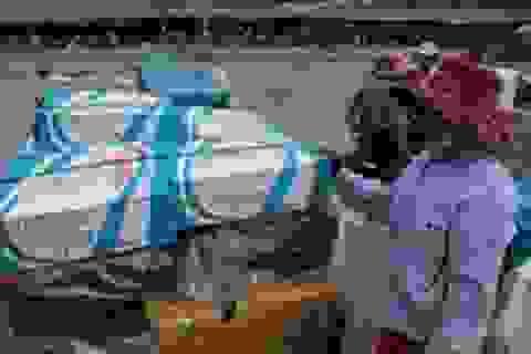 Ấm lòng những san sẻ từ đội xe kéo nữ tại cửa khẩu Lao Bảo
