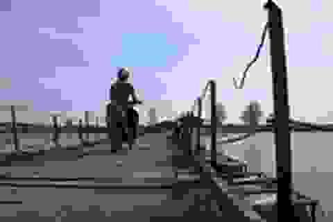 """Quảng Trị: Người dân """"thót tim"""" khi đi qua cây cầu phao xuống cấp"""