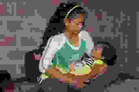 Bé gái thoát chết kỳ diệu trên lưng người mẹ bị chết đuối