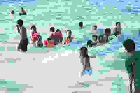 """Người Nha Trang đổ xô tắm biển """"giải nhiệt"""" vì nắng nóng kéo dài"""