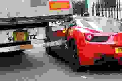Xe tải chọc thủng siêu xe Ferrari đỗ bên đường