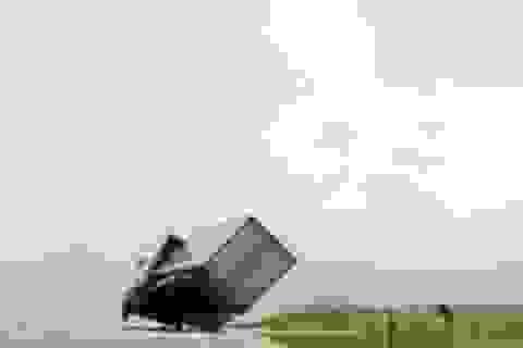 Xe tải suýt bị gió lật tung