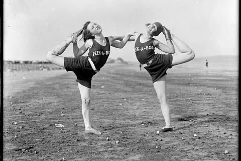 Phụ nữ mặc gì khi đi biển 100 năm trước?