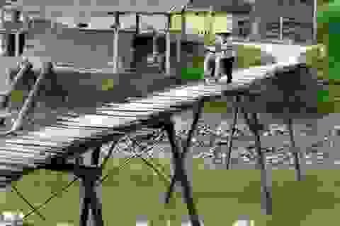 Rợn người đi qua cây cầu nguy hiểm ở Hà Nội