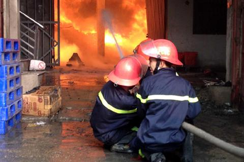 Hà Nội: Cháy dữ dội tại khu công nghiệp Vĩnh Tuy