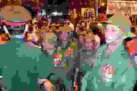Đường phố Điện Biên Phủ chật kín người đến xem đêm hội nghệ thuật