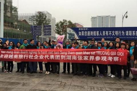 Lãnh đạo du lịch chụp ảnh với băng rôn lạ Trung Quốc