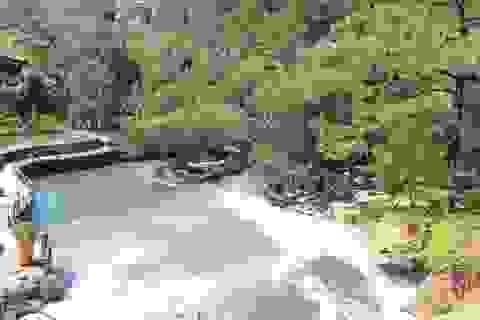 """Du khách """"bịt mũi"""" khi đến thác Cam Ly"""