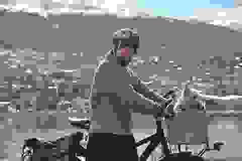 Xúc động cô gái đạp xe 26.000 km vòng quanh thế giới cùng chú chó mù