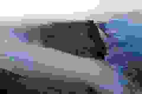 Kỳ ảo cảnh sương mù tuôn chảy như thác nước trên vách đá