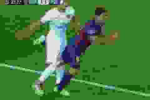 """Luis Suarez lại dùng """"quái chiêu"""" tấn công hậu vệ đối phương"""