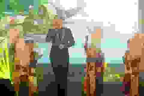Khán giả thích thú chàng Tây Kyo York hát bài Quê hương