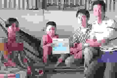 Gia đình anh Nguyễn Thế Trường nhận được gần 40 triệu đồng tiền bạn đọc
