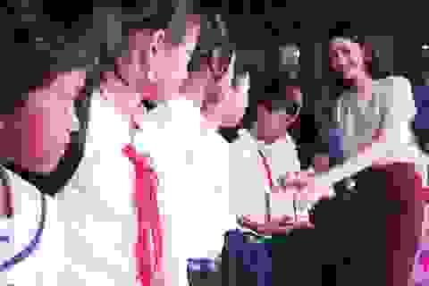 Xúc động buổi trao quà đến học sinh nghèo, khuyết tật