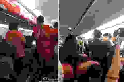 Tè bậy trên máy bay, hắt nước nóng vào tiếp viên