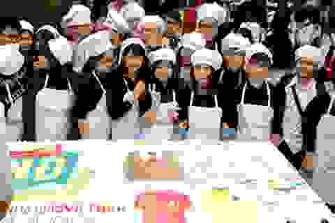 Học sinh Việt Đức tự làm bánh kem dài 2,4 mét tặng thầy cô