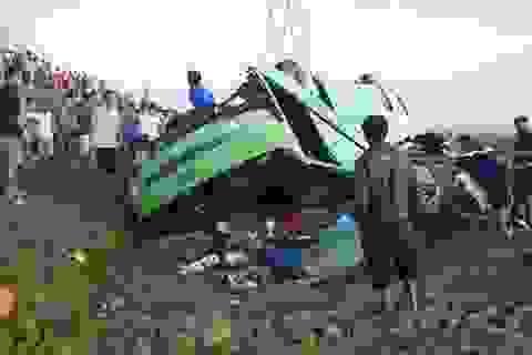 Xe khách lao xuống ruộng, ít nhất 20 người bị thương