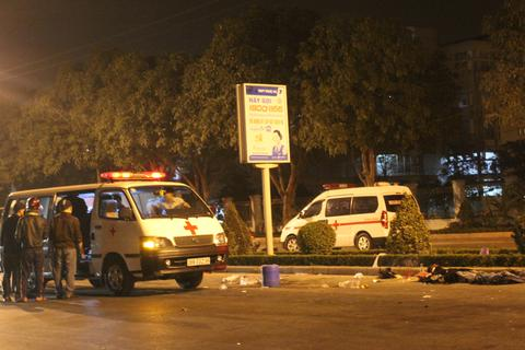 Đâm xe vào đuôi ô tô dừng đèn đỏ, 2 thanh niên tử vong