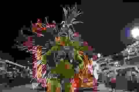 Lễ hội hóa trang lớn nhất thế giới vẫn rầm rộ bất chấp mưa bão