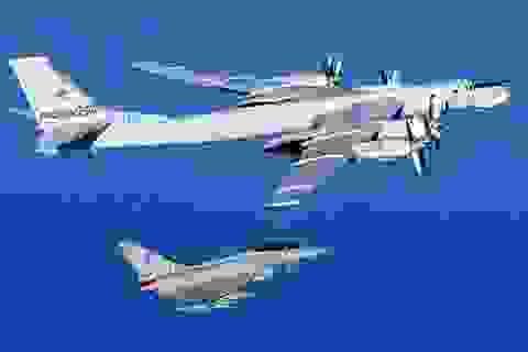 Chiến đấu cơ Anh áp sát máy bay ném bom Nga